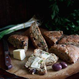 Ръжено хлебче с маслини и пролетни билки