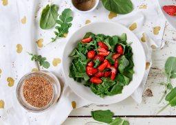 Салата с рукола спанак и ягоди